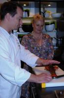 Küchenchef Sasche Buber aus der kochBar essBar in Essen erklärt wie ein Hummer zerteilt wird